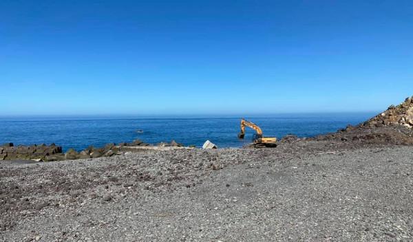 Trabalhos de regularização do calhau da praia da Vila da Ponta do Sol