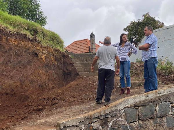 Obras municipais no Caminho do Lombo da Piedade na freguesia dos Canhas